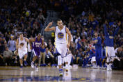 golden state worriers-stephen curry with other team players and spectators