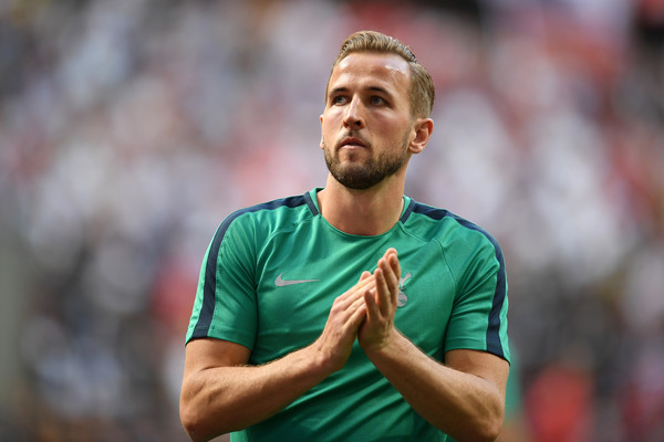 tottenham transfer news-harry kane in green tottenham kit
