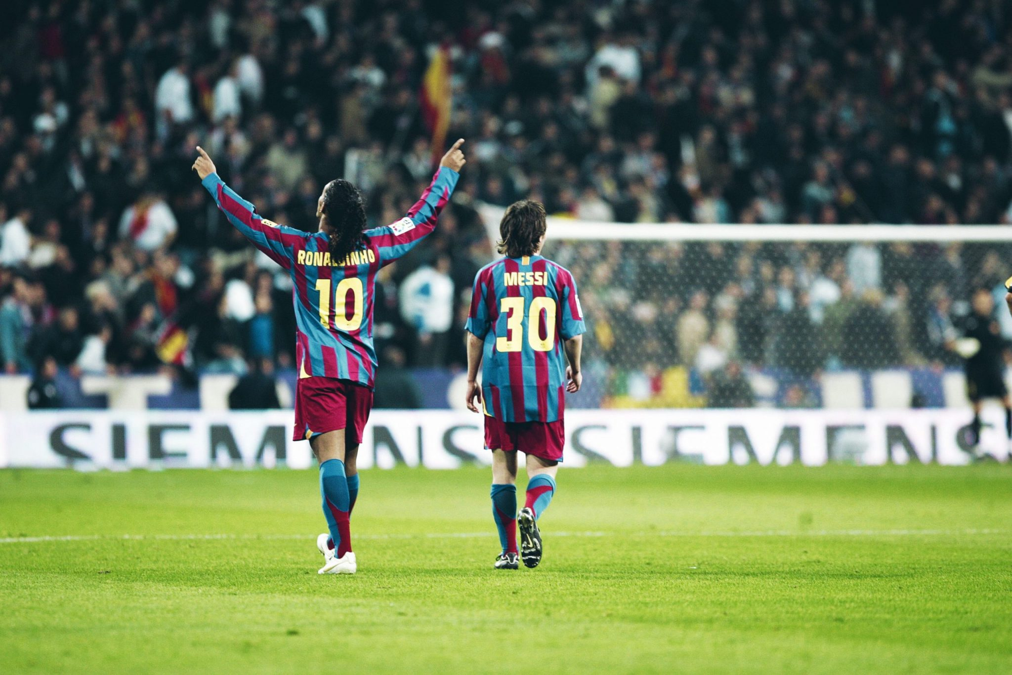 psg news-ronaldinho and messi in blue red barcelona jersey